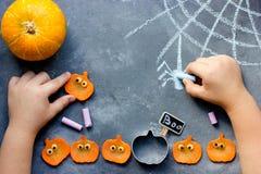Счастливый хеллоуин! Ребенок рисует с сетью паука мела на таблице стоковые фото