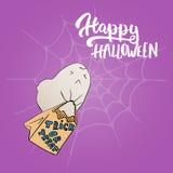 Счастливый хеллоуин - party нарисованная рукой карточка литерности и эскиза при милый призрак нося сумку помадок стародедовские д Стоковые Фотографии RF