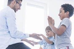 Счастливый хлопать игры детей стоковое изображение