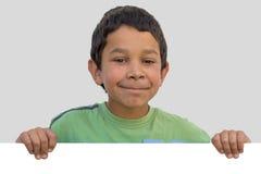 Счастливый цыганский мальчик ребенка с чистым листом бумаги Стоковое Фото