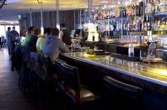Счастливый час на баре retaurant Стоковая Фотография