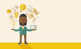 Счастливый чернокожий человек наслаждаясь делающ multitasking Стоковое фото RF