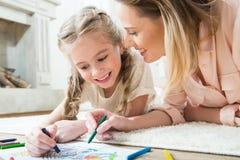 Счастливый чертеж дочери с матерью дома Стоковое Изображение RF