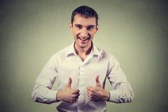Счастливый человек давая большие пальцы руки поднимает знак Положительный язык жестов выражения человеческого лица стоковая фотография rf