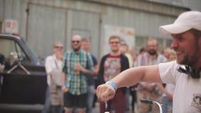 Счастливый человек в белой рубашке крышки приходит хозяйничать для приза Топлесс тучный человек лотерея 100f 2 8 28 velvia лета n сток-видео