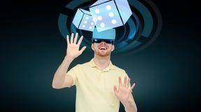 Счастливый человек в шлемофоне виртуальной реальности или стеклах 3d Стоковые Изображения