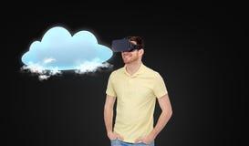 Счастливый человек в шлемофоне виртуальной реальности или стеклах 3d Стоковое Фото