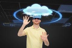 Счастливый человек в шлемофоне виртуальной реальности или стеклах 3d Стоковые Фотографии RF