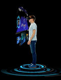 Счастливый человек в шлемофоне виртуальной реальности или стеклах 3d Стоковое Изображение RF