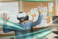Счастливый человек в шлемофоне VR смотря к зеленым светам взаимодействует стоковое изображение
