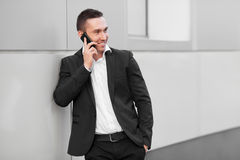 Счастливый человек говоря на мобильном телефоне Стоковые Изображения