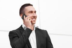 Счастливый человек говоря на мобильном телефоне Стоковые Фотографии RF