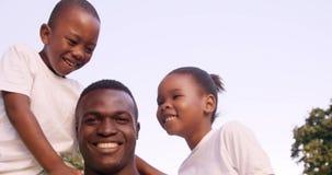 Счастливый человек держа его детей сток-видео