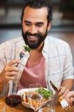 Счастливый человек имея обедающий на ресторане Стоковое Фото