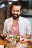 Счастливый человек имея обедающий на ресторане Стоковые Фотографии RF