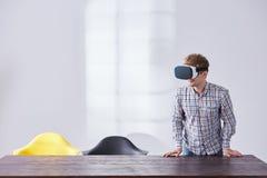 Счастливый человек использует стекла VR стоковые изображения rf