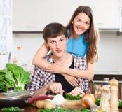 Счастливый человек и женщина варя еду Стоковые Изображения RF