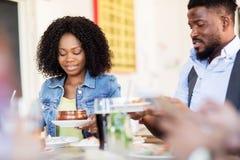 Счастливый человек и женщина есть на ресторане Стоковые Фотографии RF