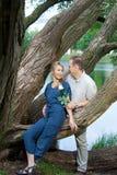 Счастливый человек и женщина около озера Стоковое Фото