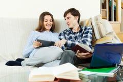 Счастливый человек и женщина подготавливая для экзаменов Стоковые Изображения RF