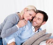 Счастливый человек и женщина прижимаясь стоковые изображения rf