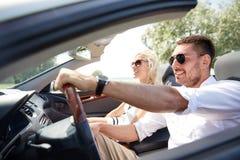 Счастливый человек и женщина управляя в автомобиле cabriolet Стоковая Фотография RF