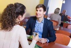 Счастливый человек и подруга беседуя как имеющ дату Стоковое фото RF