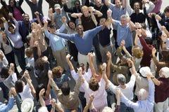 Счастливый человек между толпой стоковое фото rf