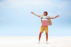 Счастливый человек моды идя вокруг пляжа небо предпосылки голубое Стоковое Изображение RF