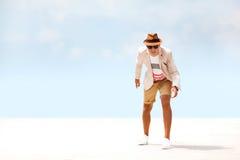 Счастливый человек моды идя вокруг пляжа небо предпосылки голубое стоковые фотографии rf