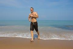 Счастливый человек наслаждаясь морем Стоковые Фотографии RF