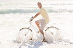 Счастливый человек на езде велосипеда Стоковые Фотографии RF