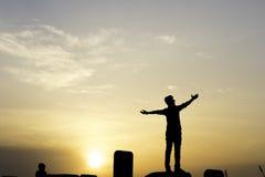 Счастливый человек на заходе солнца Стоковые Фото
