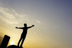 Счастливый человек на заходе солнца Стоковая Фотография RF