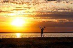 Счастливый человек на заходе солнца Стоковое фото RF