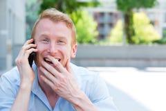 Счастливый человек на мобильном телефоне стоковое изображение rf