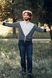 Счастливый человек обнимая мир, без сокращений фото Стоковое фото RF