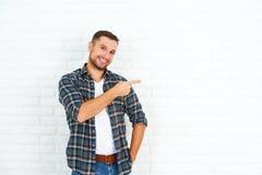 Счастливый человек около белой пустой кирпичной стены Стоковое Изображение RF