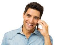 Счастливый человек отвечая умному телефону стоковые изображения