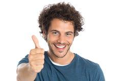 счастливый человек показывая большой пец руки вверх