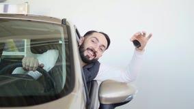 Счастливый человек показывая ключ его нового автомобиля Автоматическое дело, продажа автомобиля, технология и концепция людей - с стоковые фото