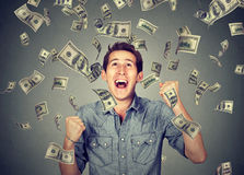 Счастливый человек празднует успех под дождем денег стоковая фотография