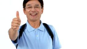 Счастливый человек при сумки показывая большие пальцы руки вверх сток-видео