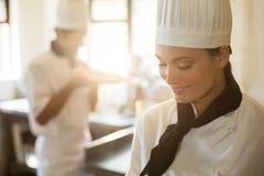 Счастливый шеф-повар варя на плите Стоковое Изображение