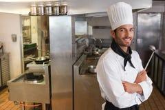 Счастливый шеф-повар смотря камеру с оружиями пересек ковш для расплавленного металла Стоковая Фотография RF