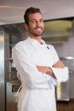 Счастливый шеф-повар стоя при пересеченные оружия Стоковое Изображение RF