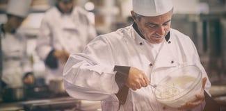 Счастливый шеф-повар юркнуть сливк Стоковые Изображения RF