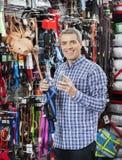 Счастливый штрихкод скеннирования клиента через умный телефон на магазине любимчика Стоковая Фотография