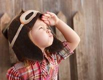 Счастливый шлем пилота playingin ребенк Стоковое Изображение RF