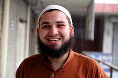 Счастливый южный азиатский молодой человек стоковая фотография